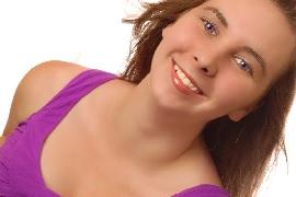 笑顔の女性パープルのタンクトップ